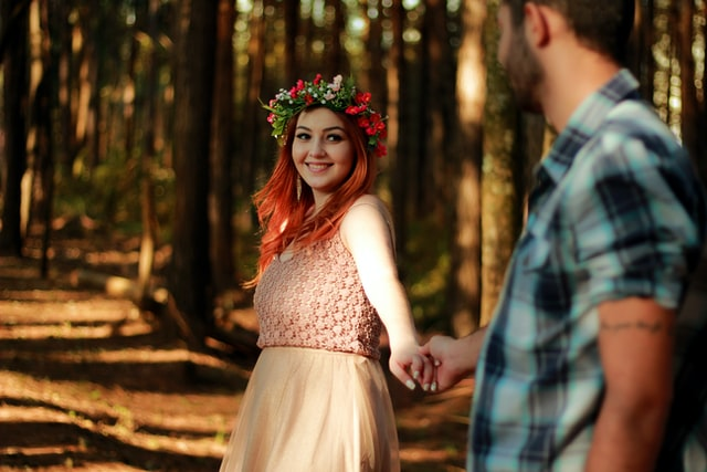 赤毛の女の子が彼の手を引いてる