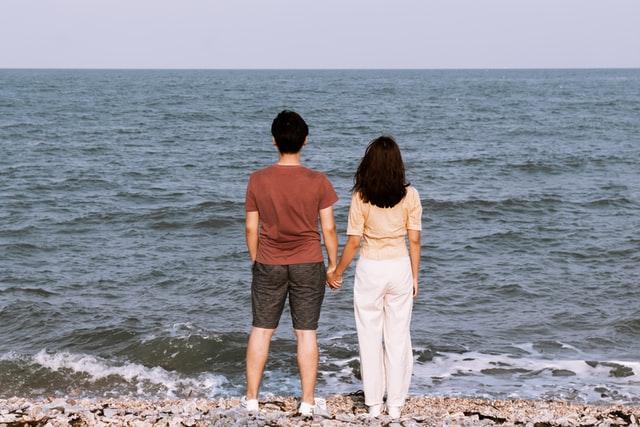 海に向かって並んでいる男女